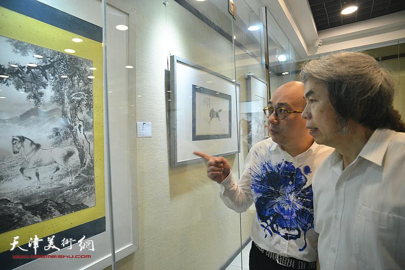 孙敬忠、恒鑫观赏展出的作品。