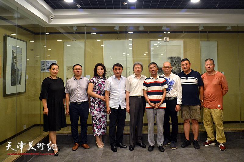 左起:李新蓉、万太飞、时爱华、李杰、孙敬忠、邓国源、恒鑫、谭胜伟、李金玺在画展现场。。