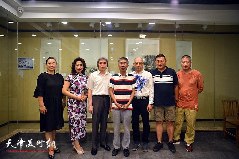 左起:李新蓉、时爱华、孙敬忠、邓国源、恒鑫、谭胜伟、李金玺在画展现场。