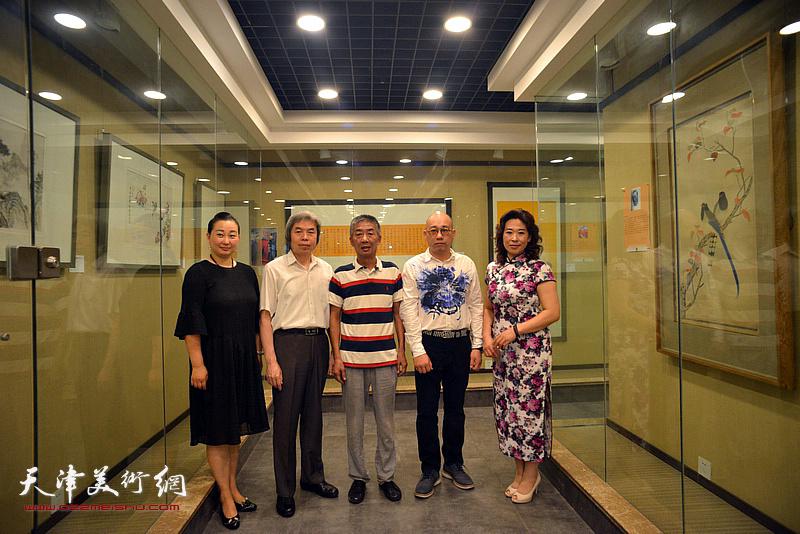 左起:李新蓉、孙敬忠、邓国源、恒鑫、时爱华在画展现场。