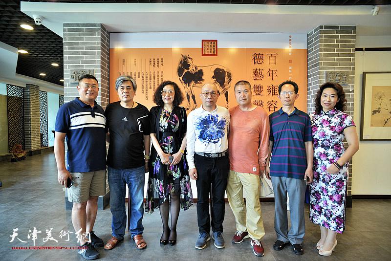 左起:谭胜伟、张超、恒鑫、李金玺、王吉团、时爱华观赏展出的作品。