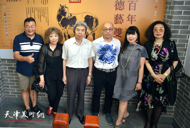 左起:谭胜伟、赵新立、孙敬忠、恒鑫、肖冰、张超观赏展出的作品。