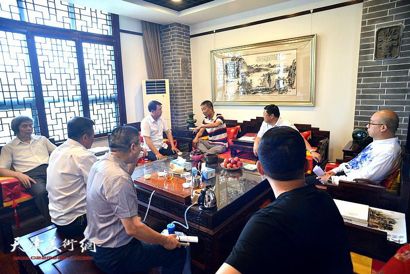 邓国源、孙敬忠与李杰、郝君良等在德馨艺术馆交谈。