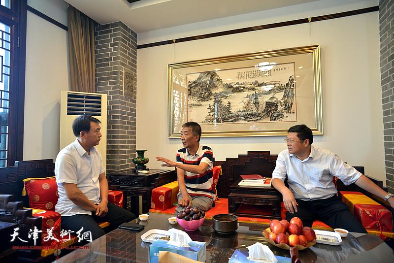 邓国源与李杰、郝君良在德馨艺术馆交谈。