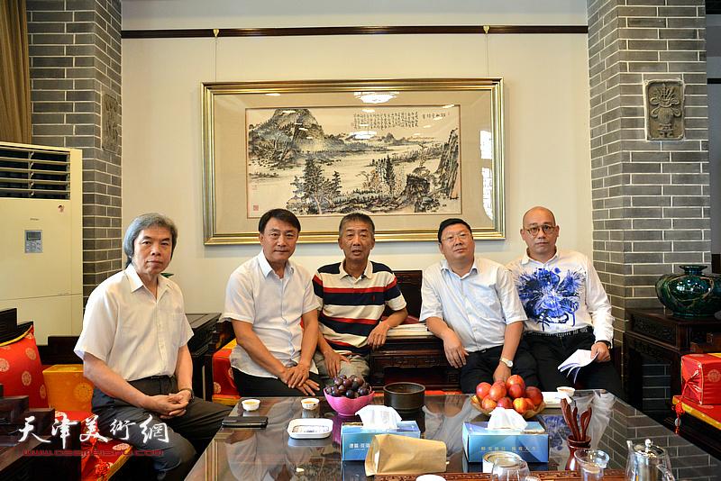 左起:孙敬忠、李杰、邓国源、郝君良、恒鑫在德馨艺术馆交谈。