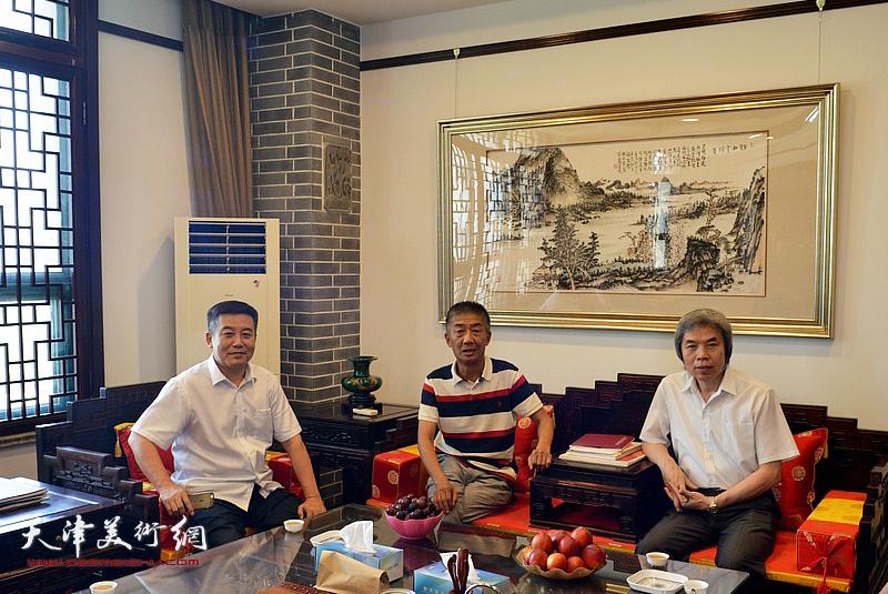 左起:吕大晓、邓国源、孙敬忠在德馨艺术馆交谈。
