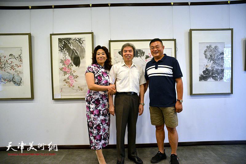 左起:时爱华、孙敬忠、谭胜伟在画展现场。