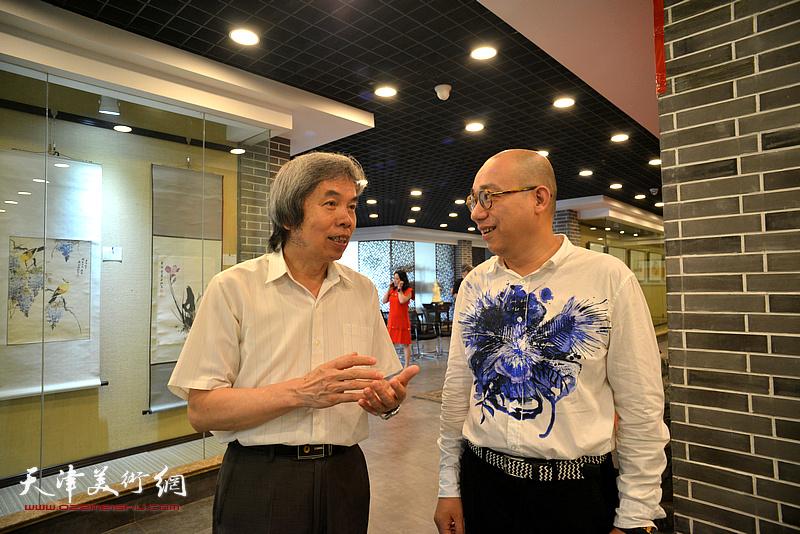 孙敬忠、恒鑫在画展现场交流。