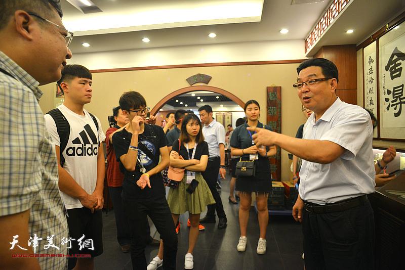 陈伟明向台湾中华大学师生介绍天津的人文历史和开展楹联教育普及活动的情况