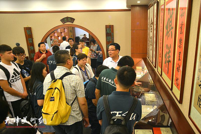 陈伟明向台湾中华大学师生介绍天津的人文历史和开展楹联教育普及活动。