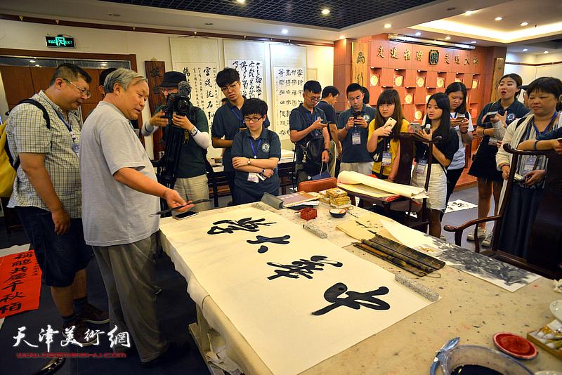 台湾中华大学师生观赏唐云来书法创作。