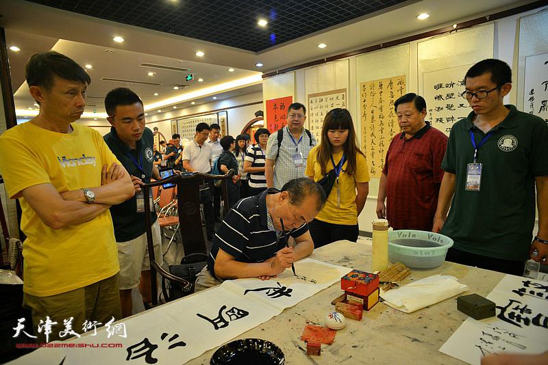 台湾中华大学师生观赏陈传武书法创作。