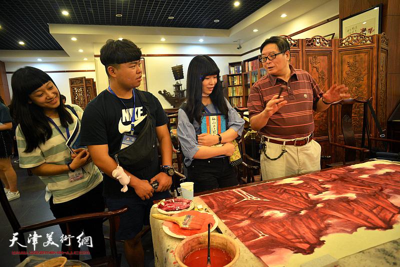 赵士英与台湾中华大学师生交流。