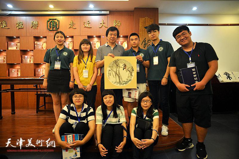 史振岭与台湾中华大学师生。