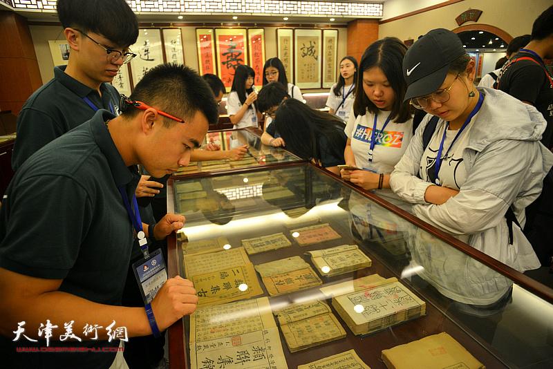 台湾中华大学师生观赏中国楹联博物馆藏品。