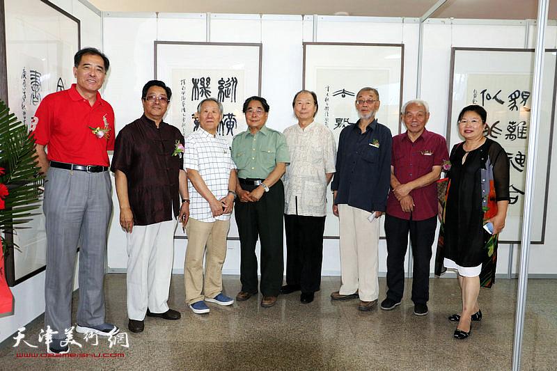 左起:张志连、曲学真、姬俊尧、聂义斌、胡嘉梁、刘克仁、纪振民、张芝琴在展览现场。