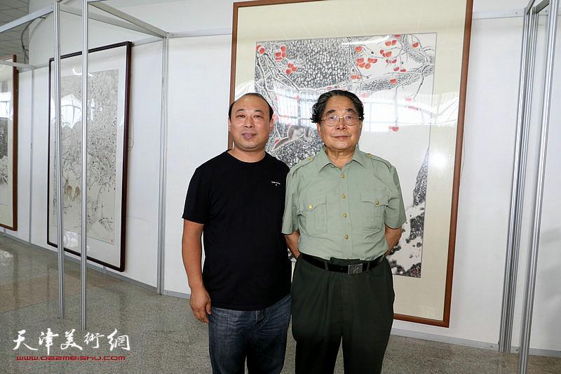 聂义斌与观展嘉宾在展览现场。