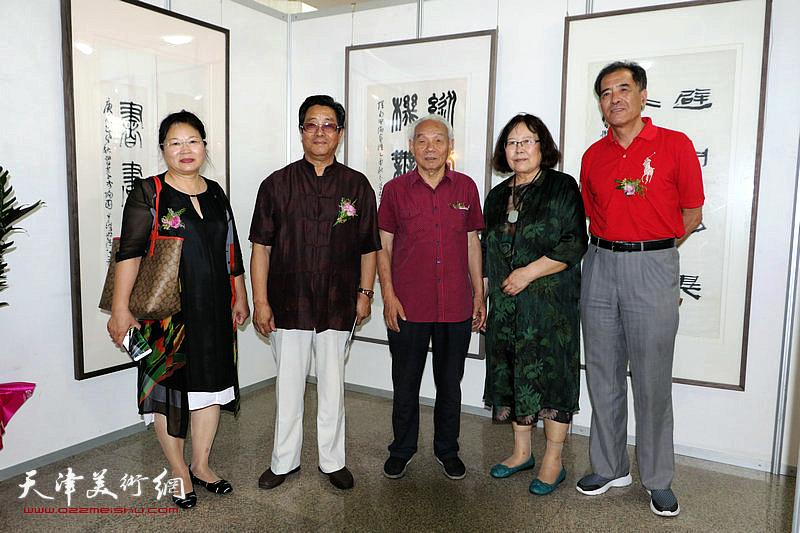 左起:张芝琴、曲学真、纪振民、孙智谱、张志连在展览现场。