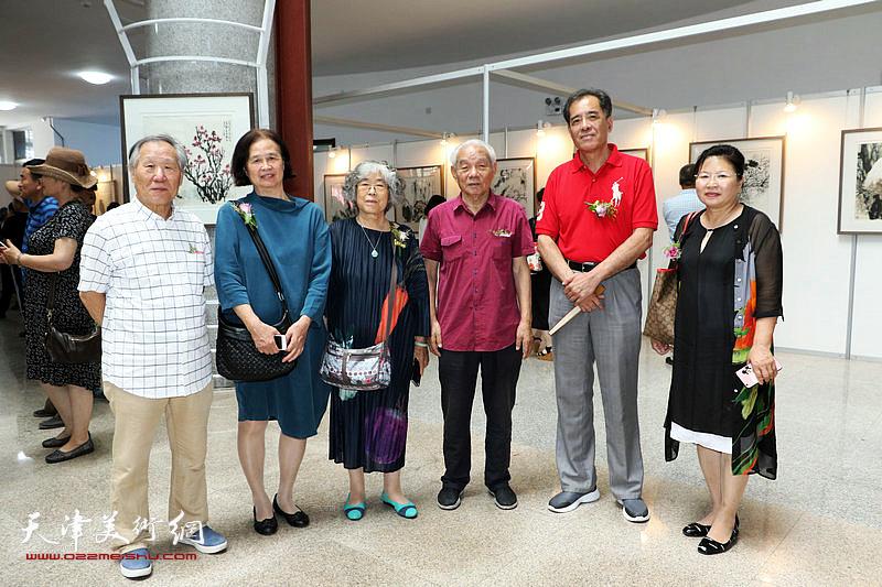 左起:姬俊尧、丁志敏、姚瑞芹、纪振民、张志连、张芝琴在展览现场。