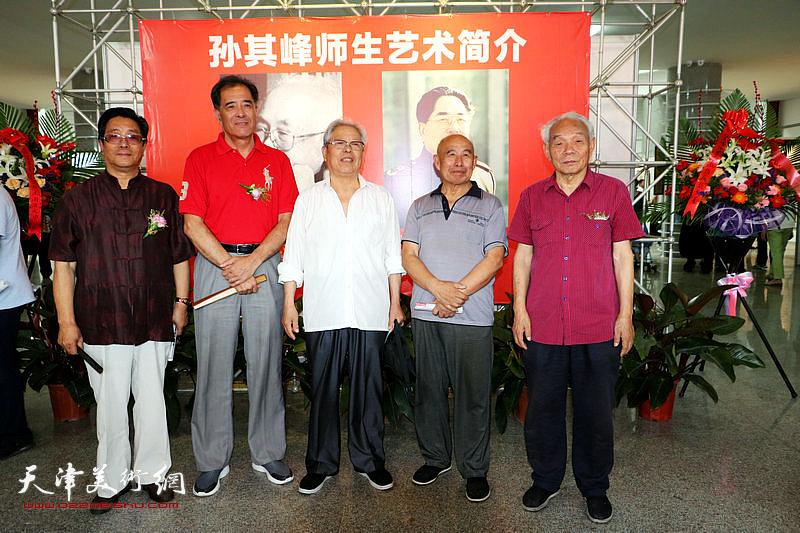 纪振民、曲学真、张志连与招远观展嘉宾在展览现场。