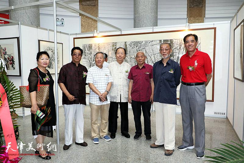 左起:张芝琴、曲学真、姬俊尧、胡嘉梁、纪振民、刘克仁、张志连在展览现场。