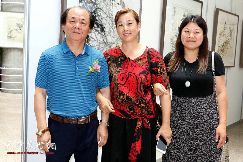 原招远画院院长赵言斌与观展嘉宾在展览现场。