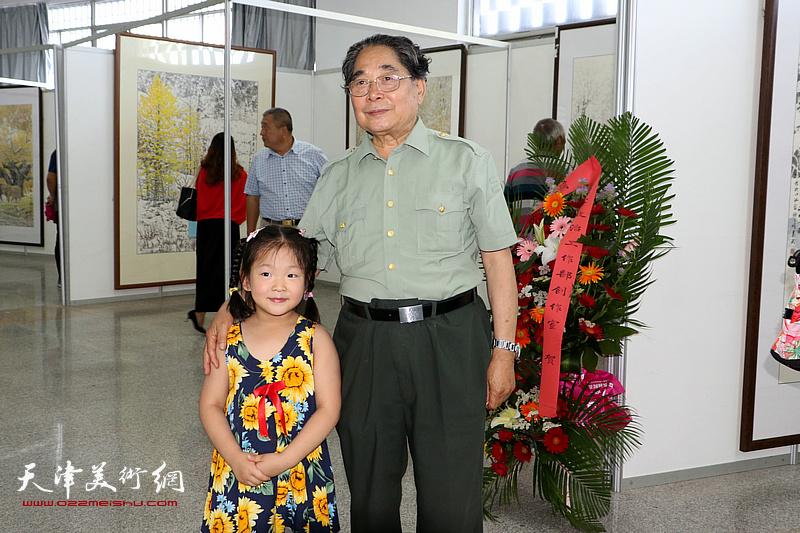 聂义斌与小观众在展览现场。