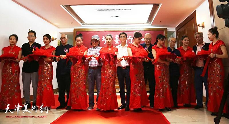左起:李毅峰、王涛、石齐、何家英、龙瑞、李魁正、陈永锵为画展开幕剪彩