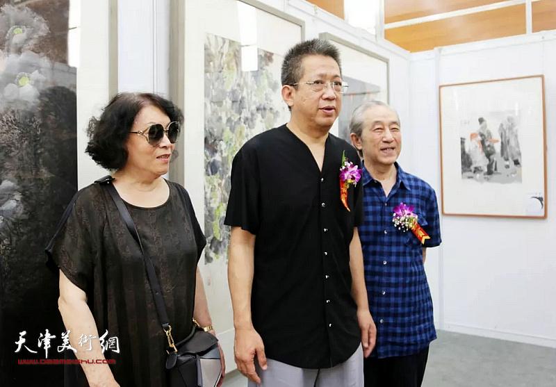李毅峰、李魁正在画展现场