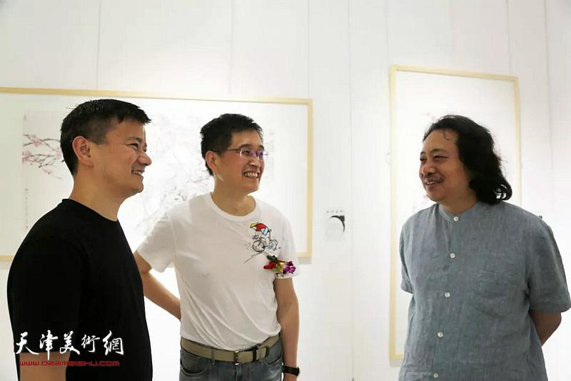 贾广健在画展现场