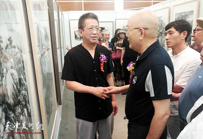 李毅峰、龙瑞在画展现场