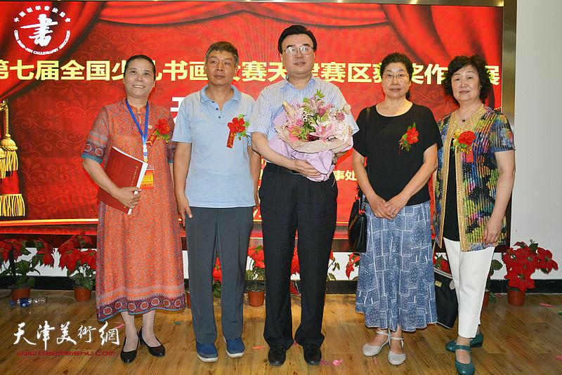 左起:王丽荣、康洪、张华庆、张永敬、郝爱平在画展现场