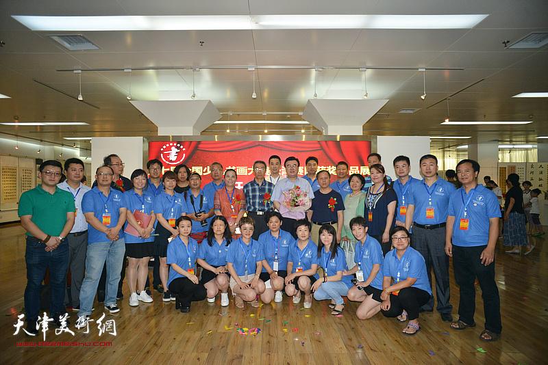 张华庆与中国硬笔书法协会天津办事处工委的同志们在画展现场。