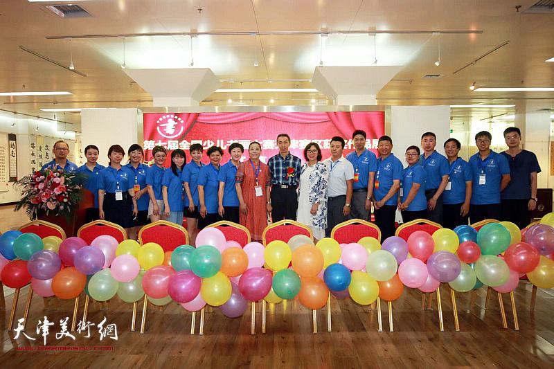 颜振勇、王丽荣等中国硬笔书法协会天津办事处工委的同志们在画展现场。
