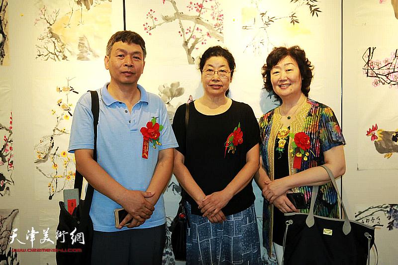 张永敬、康洪、郝爱平在画展现场。