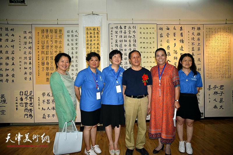 赵洪生、、王丽荣、沈蕴杰、孔和平、张宪莺在展览现场。