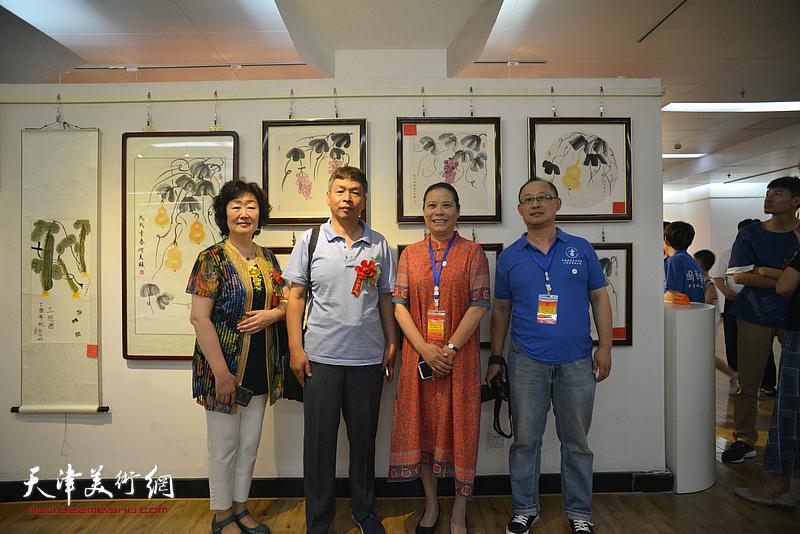 左起:郝爱平、康洪、王丽荣、马志群在展览现场。
