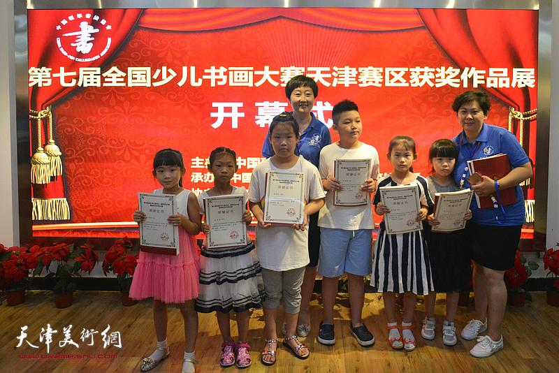 孔和平、张宪莺与获奖小画家在展览现场。