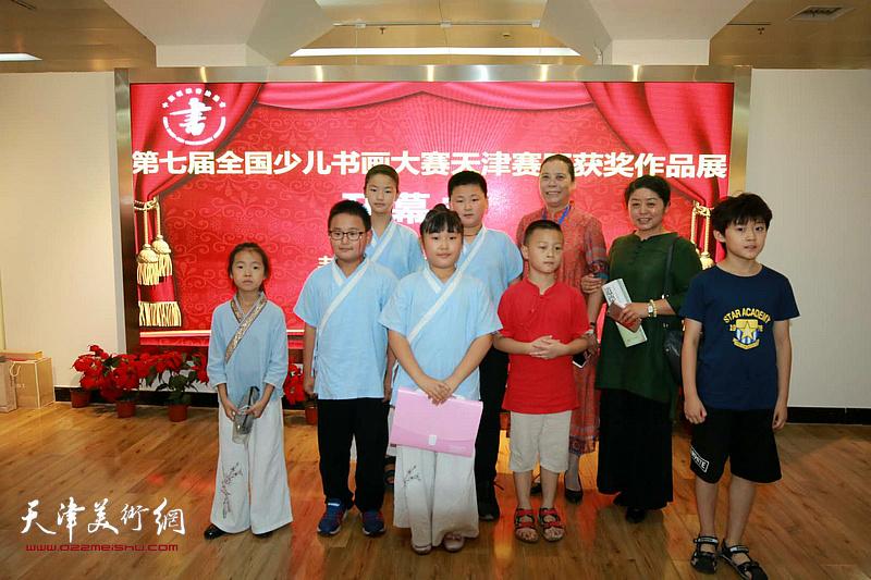 王丽荣与参展小画家在展览现场。