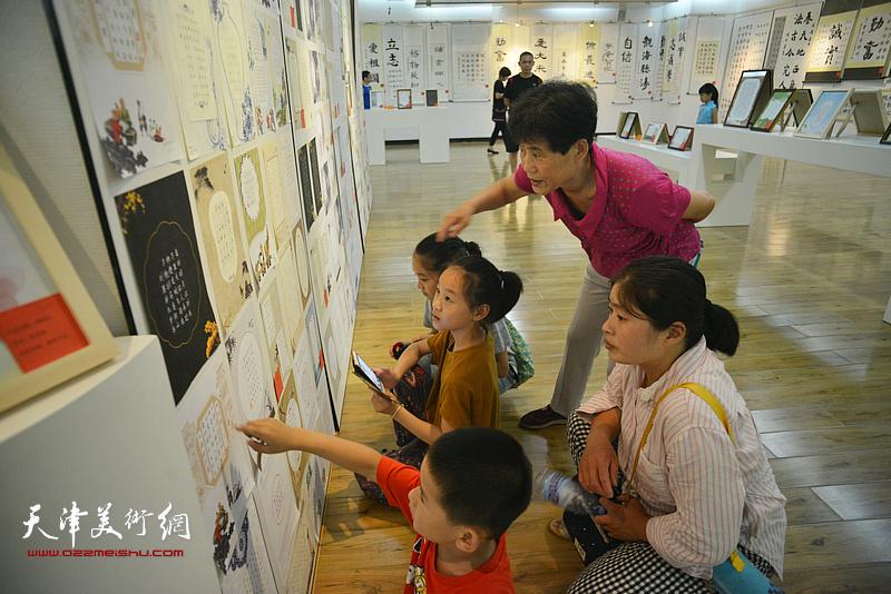 第七届全国少儿2018最新博彩白菜大全大赛天津赛区获奖作品展现场。