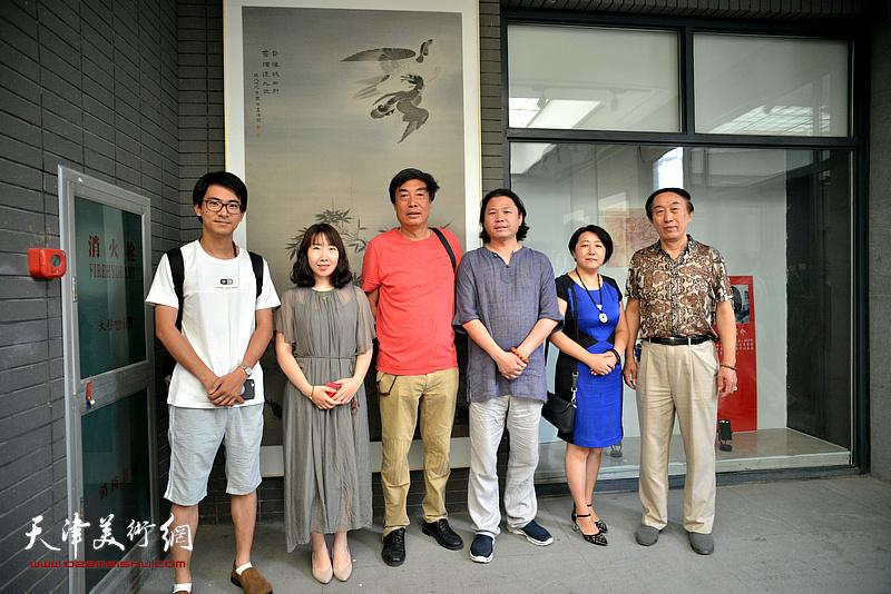 左起:张一辰、陈子君、杜晓光、齐彦、张俊、李岳林在画展现场
