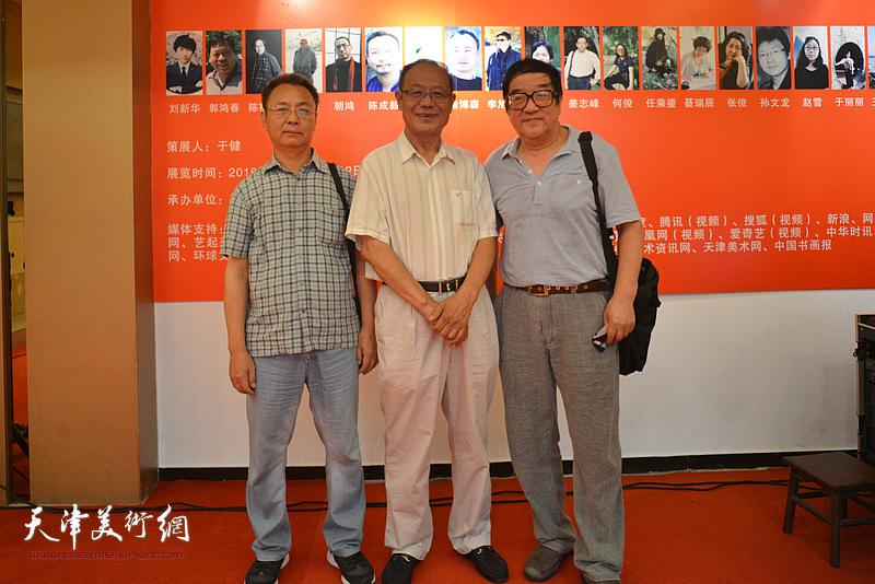 左起:李金恒、黄禄衡、卢贵友在画展现场