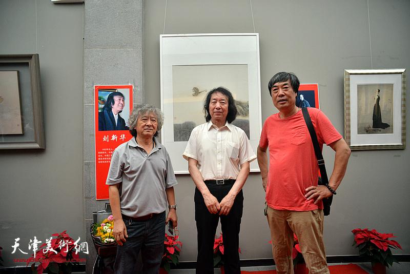 左起:刘向东、刘新华、杜晓光在画展现场