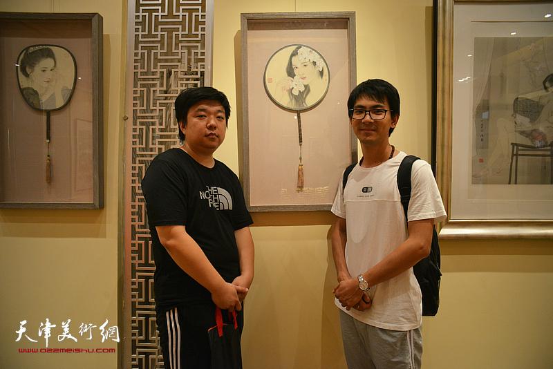 左起:张伯君、张一辰在画展现场