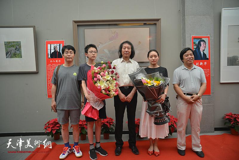 李耀春、刘新华与学生们在画展现场
