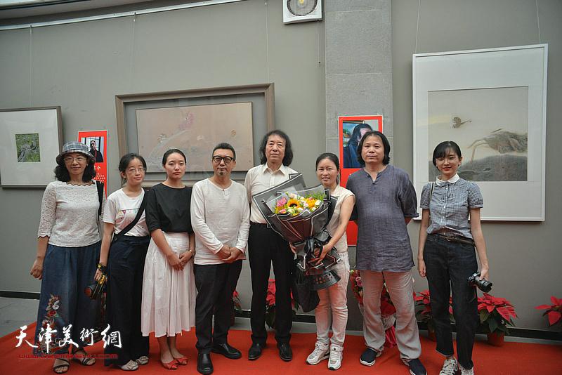 刘新华与陈成毅、齐彦等学生们在画展现场