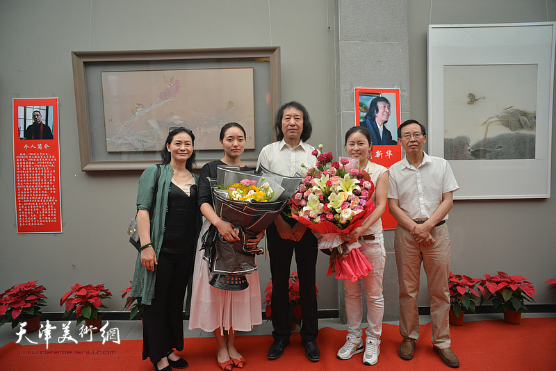 刘新华与学生们在画展现场