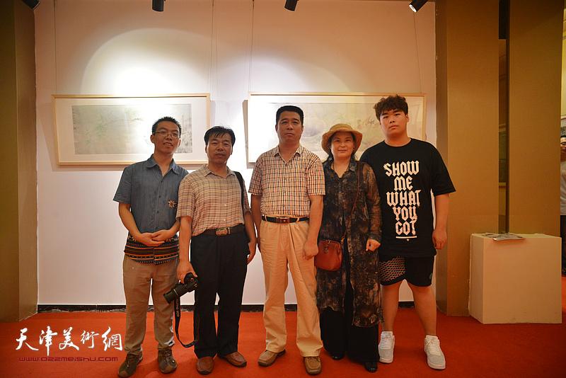 工笔画家王宏志等在画展现场