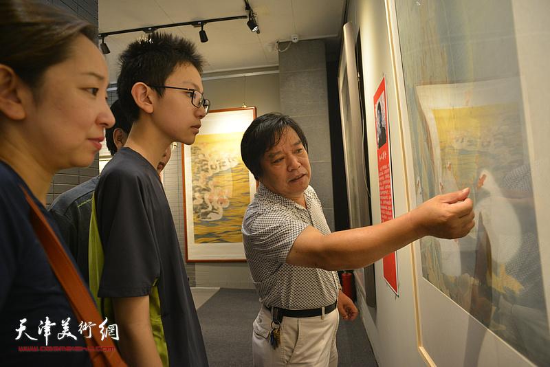 李耀春在画展现场为观众讲画