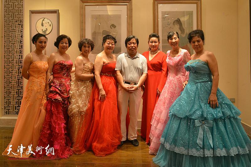 李耀春与中国梦剧团演员在画展现场